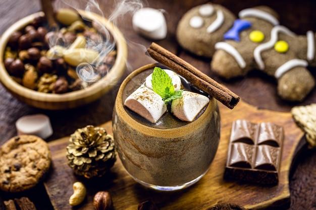 글루텐 프리, 코코아와 헤이즐넛으로 단맛을 낸 비건 핫 초콜릿. 크리스마스와 새해를 위해 식물성 우유로 만든 음료