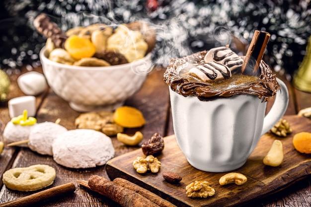 カシューナッツの植物性ミルクとシナモン、ヘーゼルナッツ、クルミで作ったビーガンホットチョコレート、スモーキースチームのクリスマスドリンク