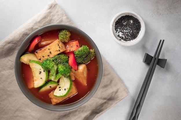 ビーガンランチプレート豆腐チーズと野菜のアジアンスープテーブルセッティング
