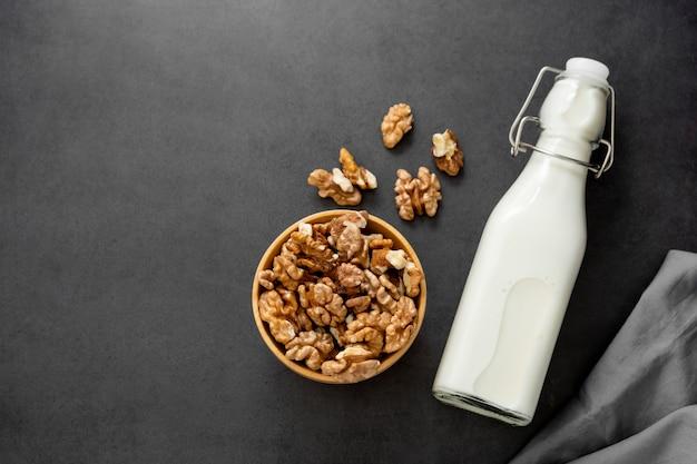 Веганское молоко из грецких орехов на темном столе