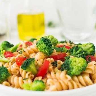 Вегана макароны фузилли с овощами