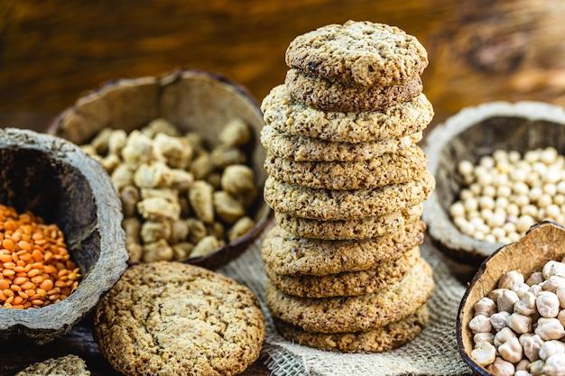 Веганский арахисовый бисквит, приготовленный без яиц и молока, с зерном и травами