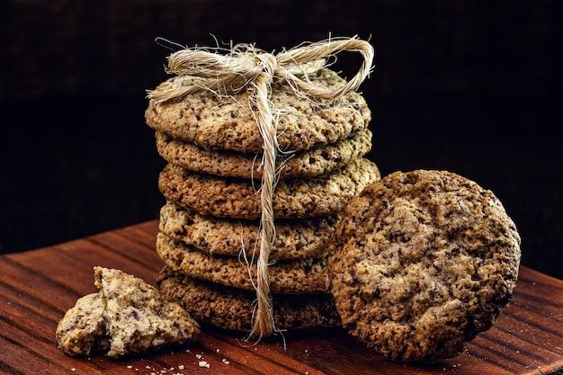 ビーガンピーナッツビスケット、卵や牛乳なしで、穀物とハーブで作られました
