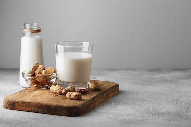 ピーナッツとガラスのビーガンピーナッツミルク