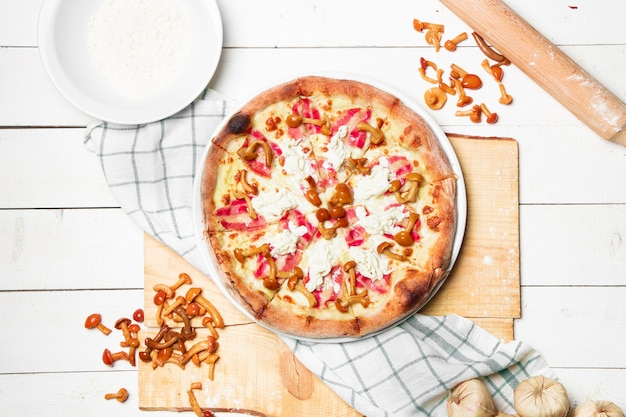 치즈와 야생 버섯을 곁들인 비건 피자