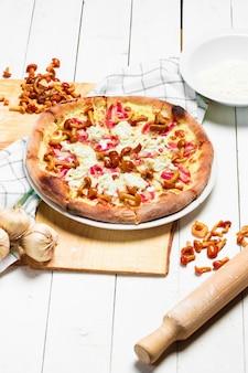 Веганская пицца с сыром и лесными грибами
