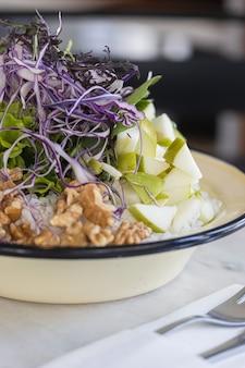 Веганская рисовая тарелка с грецкими орехами и зеленым яблоком