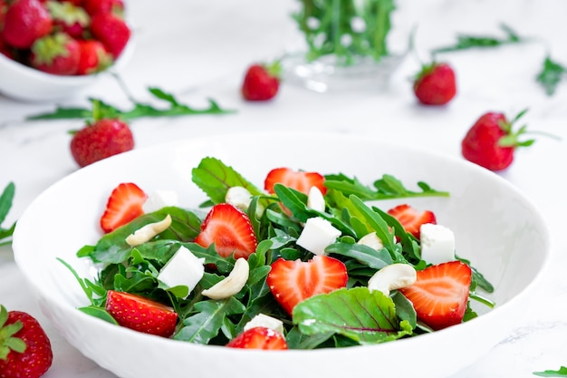 아루굴라 시금치 페타 치즈와 캐슈넛과 샐러드 잎을 곁들인 딸기 비건 샐러드