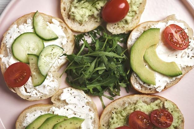 .vegan бутерброды с творогом и овощами на деревянных фоне.