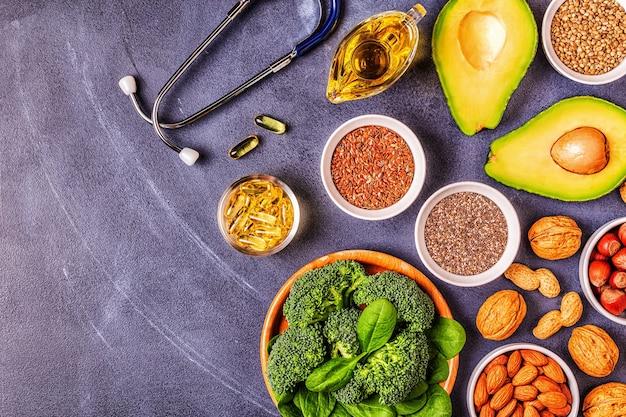 오메가 3와 불포화 지방의 완전 채식 소스. 건강 식품의 개념입니다. 평면도.