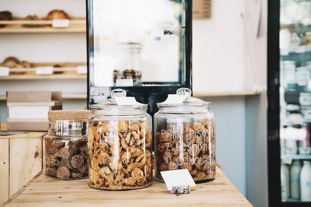 식료품 제로 웨이스트 샵의 배경에 있는 유리병에 담긴 채식주의자 쿠키와 홈메이드 패스트리