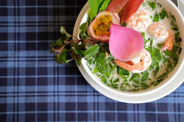 Веганский овощной салат с острым тофу. вегетарианская закуска