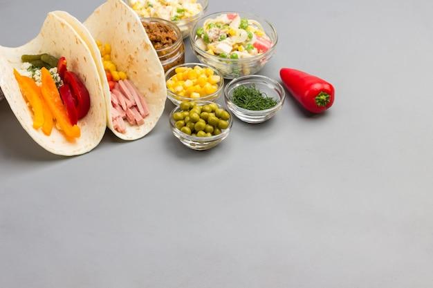 ビーガントルティーヤはサラダと様々な野菜で包みます。