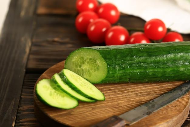 ビーガン野菜の背景、スライスしたキュウリのソフトセレクティブ。