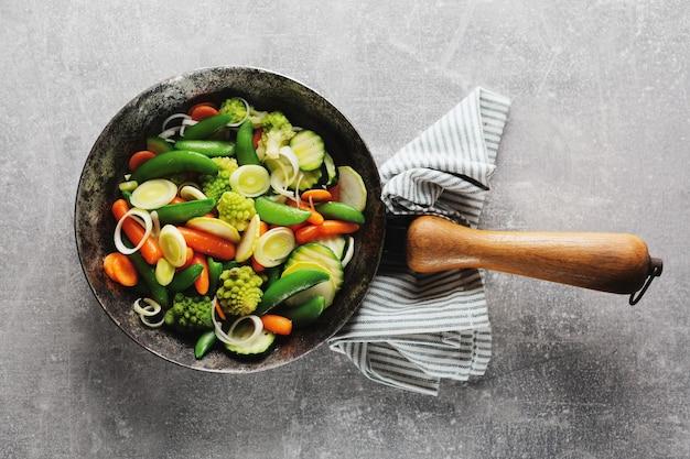 パンで揚げた、またはテーブルで調理する準備ができているビーガン野菜
