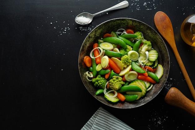 フライパンでビーガン野菜を揚げるか、テーブルで調理する準備ができています