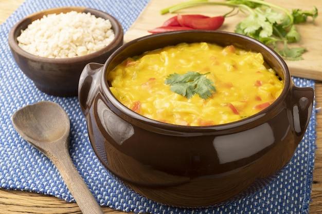 전형적인 브라질 새우 보보 콜리 플라워 피망 토마토 마니 옥과 캐슈넛 크림의 비건 버전
