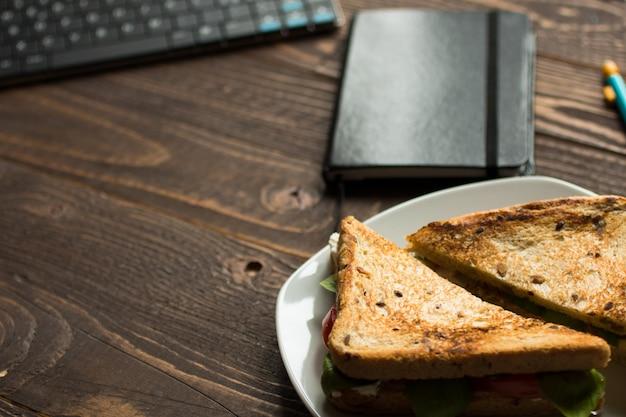 健康的な食事のためのさまざまな成分を含むビーガン全粒サンドイッチ、