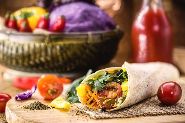 Веганское обертывание из овощей, запеченных в индийском хлебе, цельная паста без молока, с овощами на поверхности