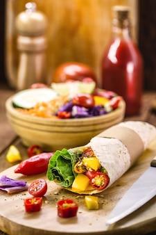 Веганское обертывание из лепешки и различных овощей, здоровый фастфуд