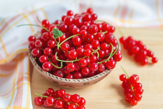 Свежие ягоды красной смородины в шаре, концепции здоровой еды vegan еды. крупным планом, селективный фокус