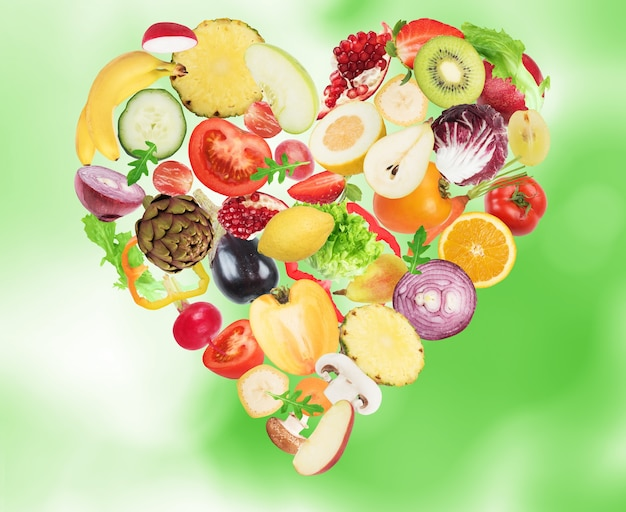 心を形作る野菜や果物。ウェルネスコンセプトのための健康食品