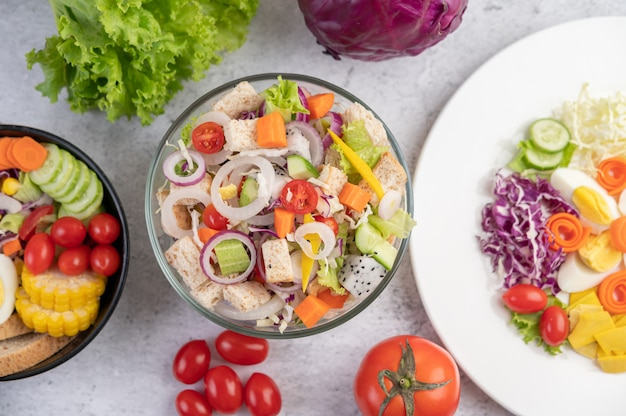 白い皿に野菜と果物のサラダ。