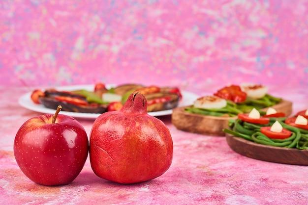 木の板に野菜とフルーツのサラダ。