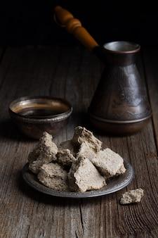 木製のテーブルに種とコーヒーポットから作られた野菜ベースのハルヴァスイーツ