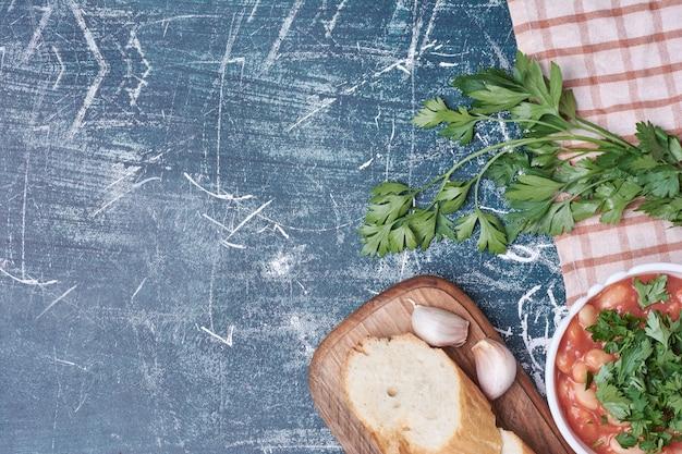 흰 빵과 야채 콩 수프.