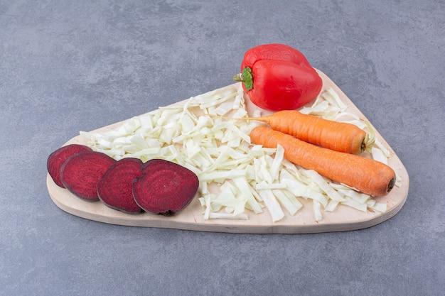 Tagliere di verdure con barbabietola, carota, peperoncino e verza