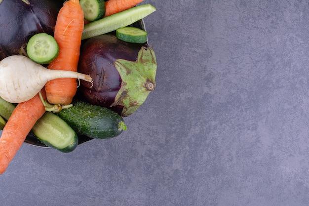 Овощная чаша, изолированная на синей поверхности