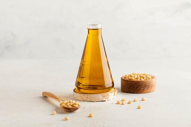 Кедровое масло растительное, кедровые орехи. концепция здорового питания. скопируйте пространство.