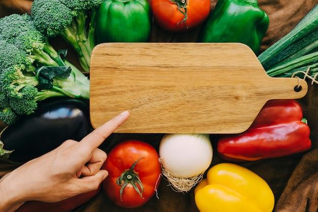 ボードに向かって指を指している野菜組成物