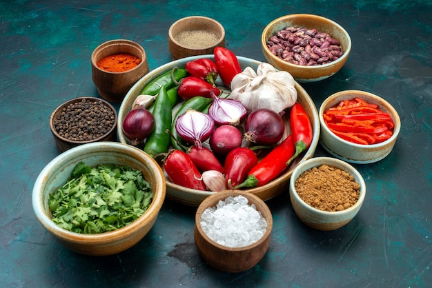 Composizione vegetale con verdure condimenti fagioli su oscurità
