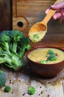 ブロッコリーをボウルに入れた野菜クリームスープ。