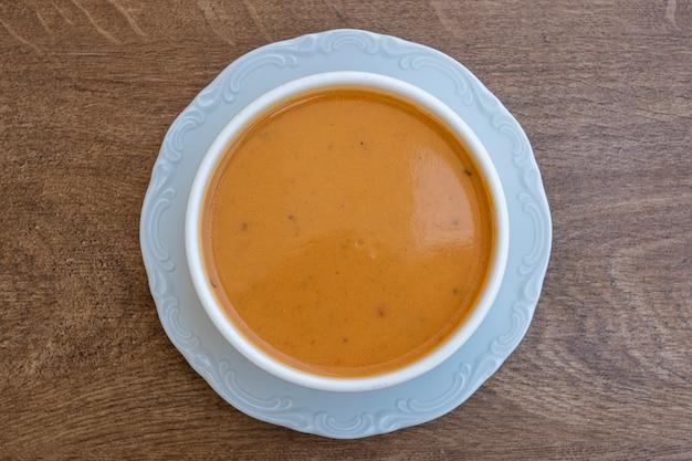 トマト、ジャガイモ、白いボウルにカボチャの野菜クリームスープ、クローズアップ