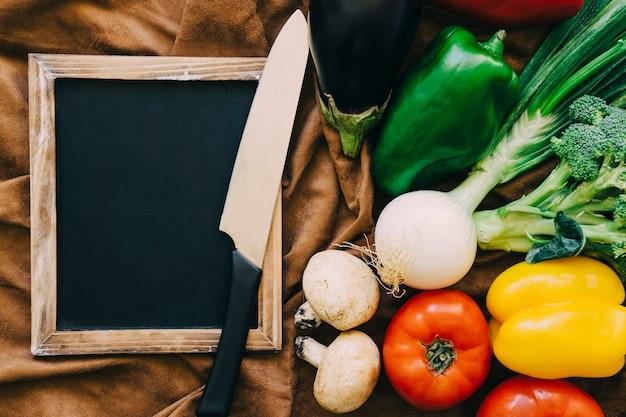 왼쪽에 슬레이트와 야채 장식