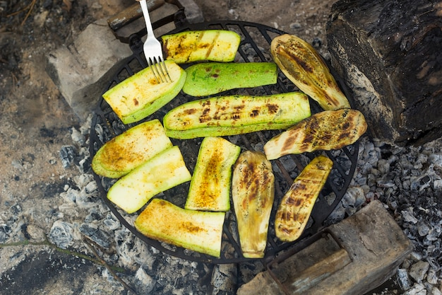 Овощные цукини на гриле и баклажаны. вегетарианская пища, приготовленная на древесном угле.