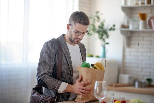 野菜メニュー。昼食のために健康的な料理を作る準備をしている男性