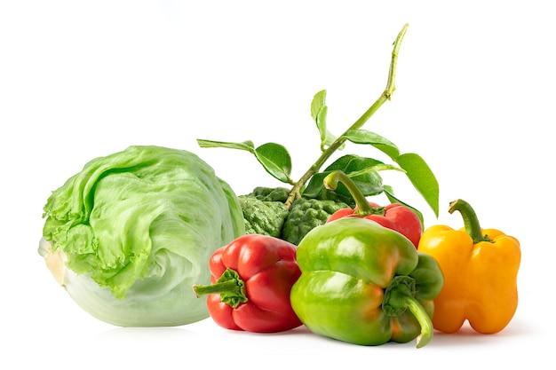 白い背景の上のキッチンで食品を調理するための野菜ミックス。