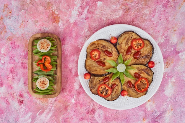 木製の大皿に野菜を混ぜます。