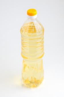 孤立した白い背景の上の植物油瓶