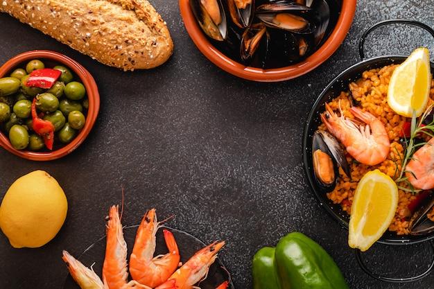 Овощная паэлья с морепродуктами, вид сверху и копией пространства
