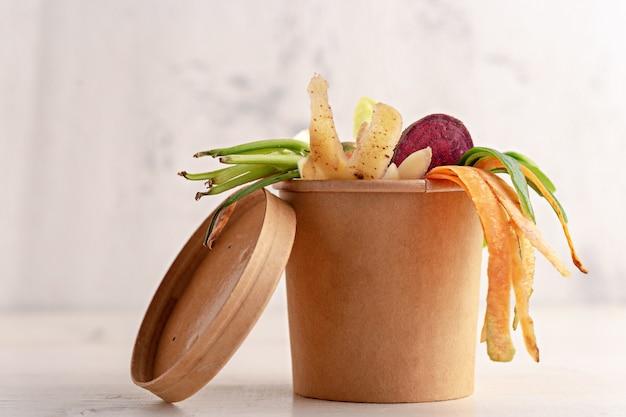 고립 된 골 판지 냄비에 야채 껍질