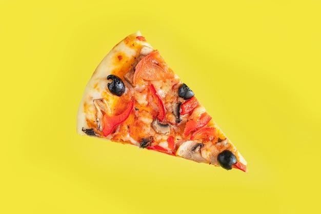 野菜ピザスライスオリーブペッパートマトソーストマトヘルシーミール