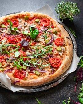 野菜のピザトマト、ピクルス、マッシュルーム、オリーブビーガンまたはベジタリアン