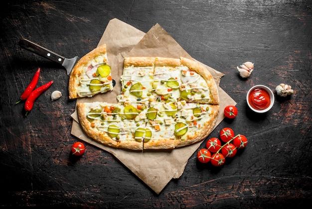 唐辛子、トマト、にんにくのスライスが入った野菜ピザ。
