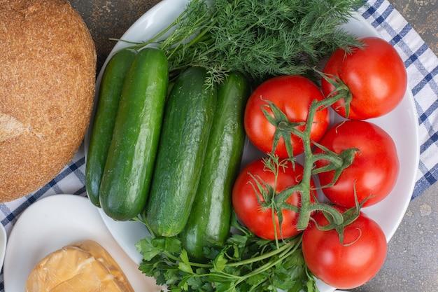 大理石の野菜プレートとパン。