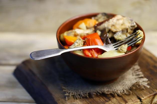 ボウルに鶏肉を入れた野菜のラグー。